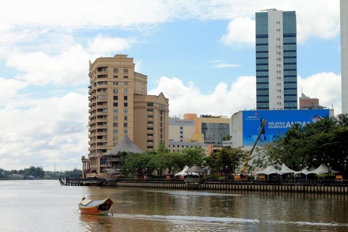 Vue depuis la rivière sur la ville de Kuching avec un bateau typique de la ville