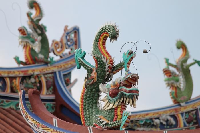 Dragons sur le toit d'un temple chinois en malaisie