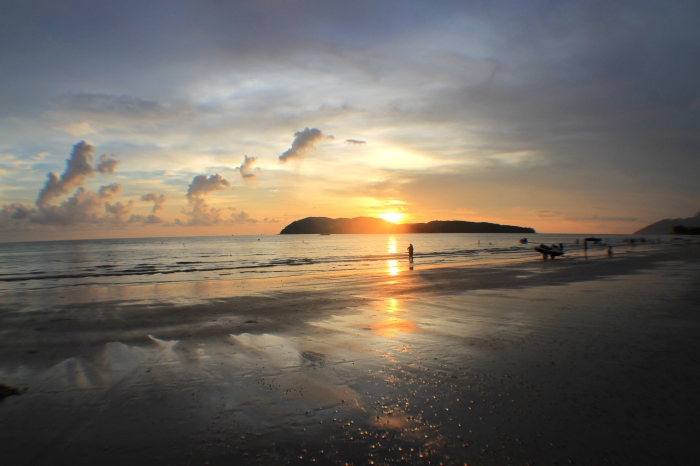 Coucher de soleil sur la plage de Langkawi en Malaisie
