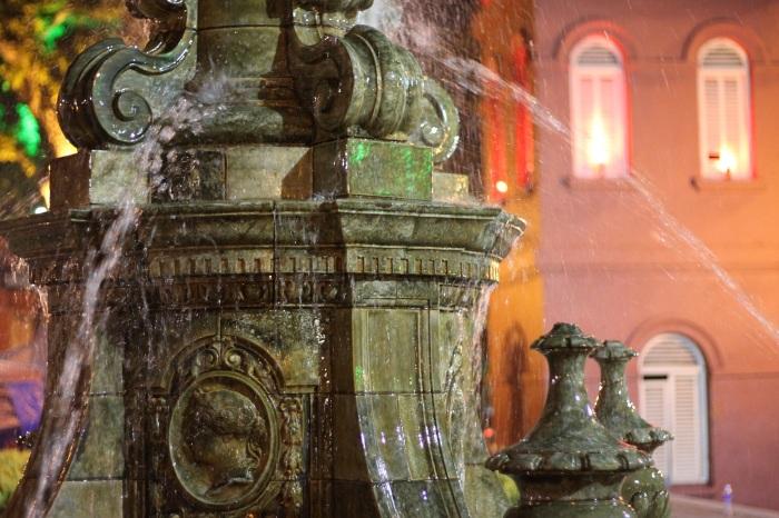 Fontaine sur le dutch square, juste à côté attendent tous vélos pour faire un tour de la ville.