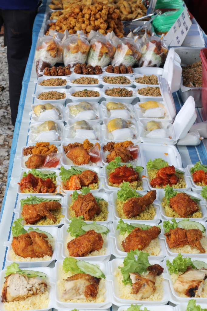 Marché sur l'île de Langkawi où l'on peut manger un repas pour pas cher.