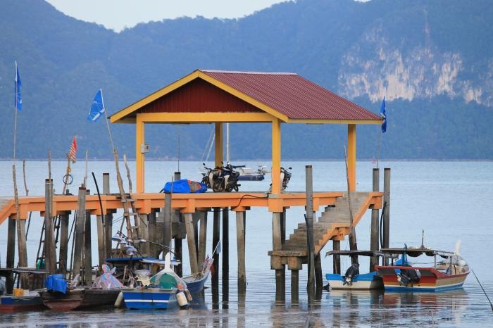 Vue sur un petit port de Langkawi depuis lequel les bateaux partent remplis de touristes pour visiter les îles environnantes