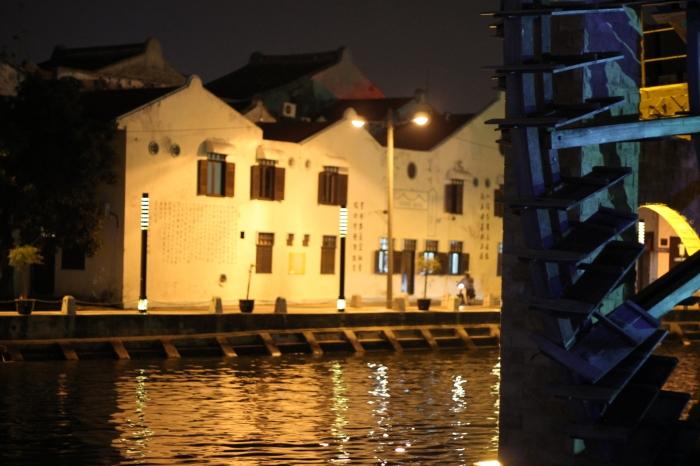 Melaka de nuit avec les inscriptions chinoises sur le mur