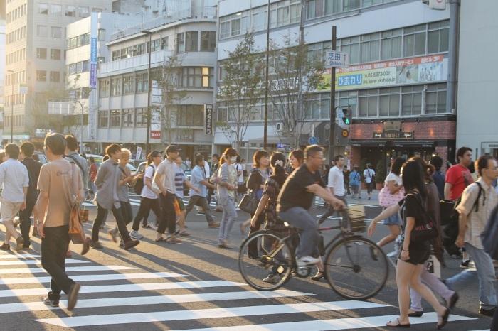 gens qui traversent a Osaka