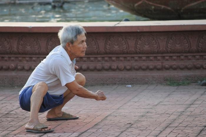 papy qui fait de l'aérobique à Phnom Penh