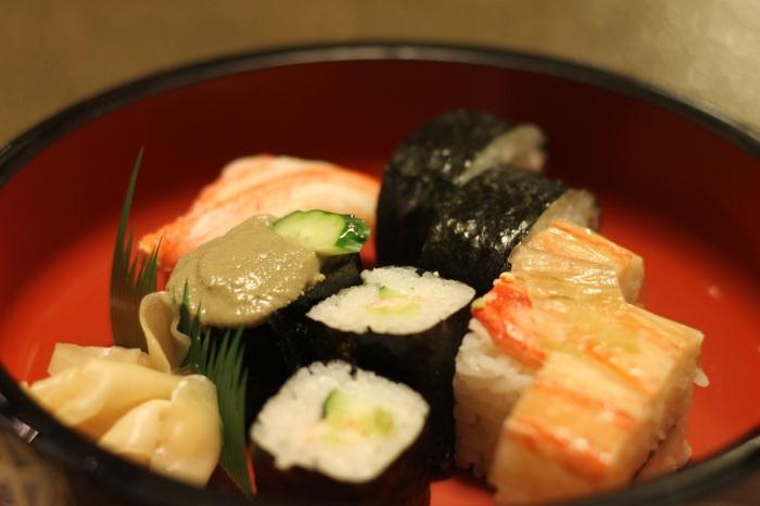 sushis dans un restaurant d'Osaka