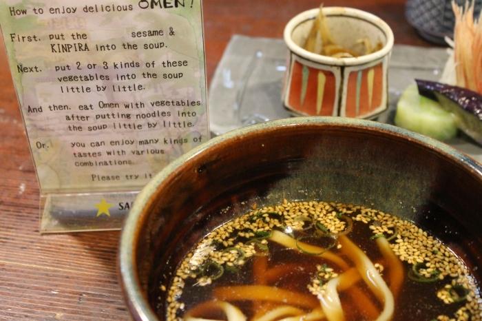 bol de noodles avec du sésame