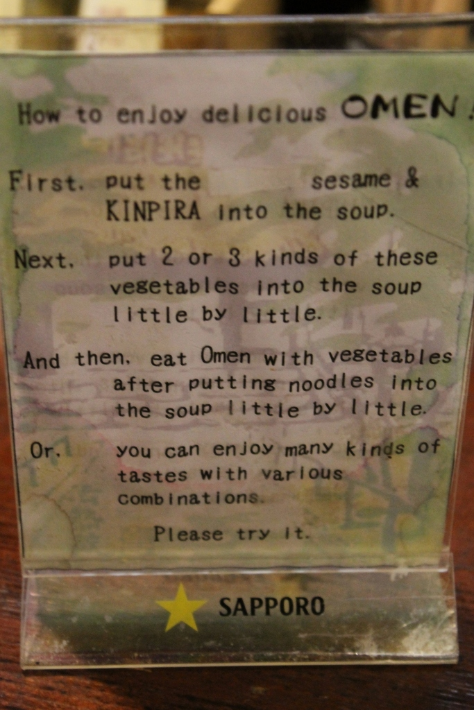 Panneau d'explications sur comment manger des noodles