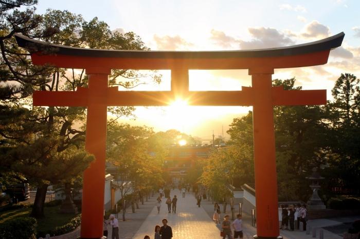 le soleil se couche entre la porte du temple