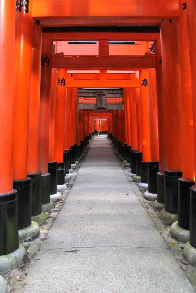 perspective avec toutes les portes dans le temple