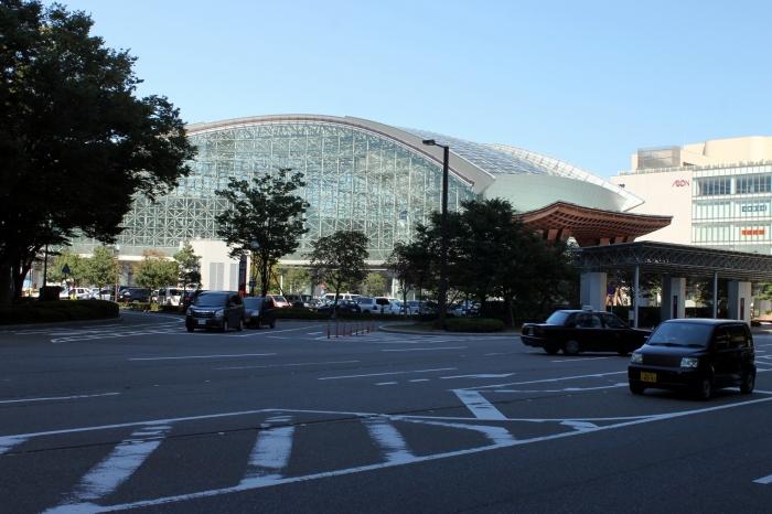 La gare de Kanazawa depuis l'autre côté de la rue, un peu après la gare routière