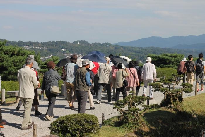 Groupe de touristes japonais qui visitent le jardin de Kenroku-en