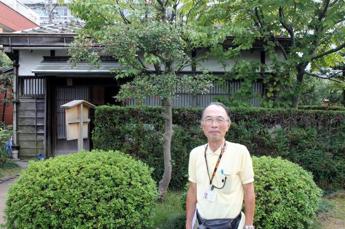 Guide qui effectue des visites dans le quartier des samouraïs de Kanazawa, la petite office du tourisme est située le long de la petite rivière