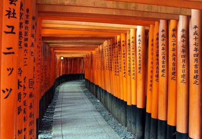 Le temple de Fushimi Inaria à Kyoto est connu comme le temps aux portes, des centaines de portes se succèdent et rendent la visite fabuleuse !