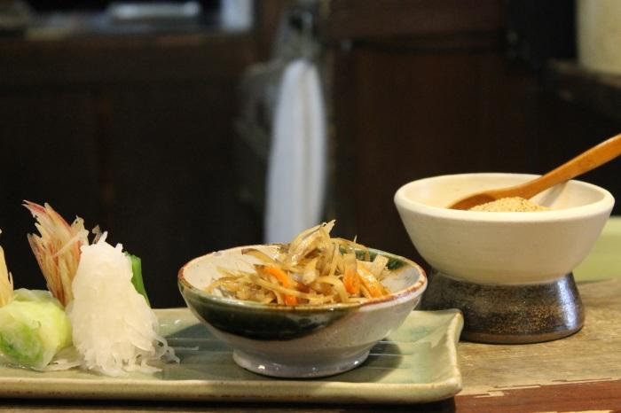 Les légumes et le sésame qu'il faut incorporer dans la soupe avant de mélanger avec ses noodles