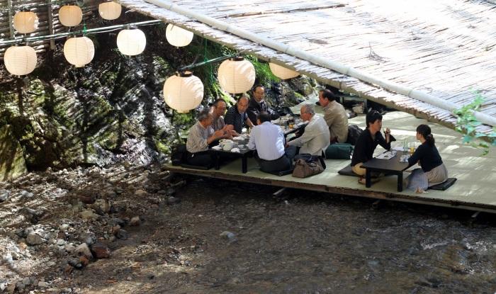 Un restaurant de Kibune, un village au nord de Kyoto ou l'on peut déjeuner et dîner au dessus d'une rivière