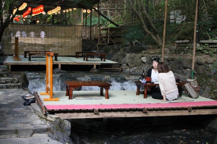 Un restaurant à Kibune au nord de Kyoto où l'on peut prendre son repas sur des plateformes suspendues au dessus de la rivière.