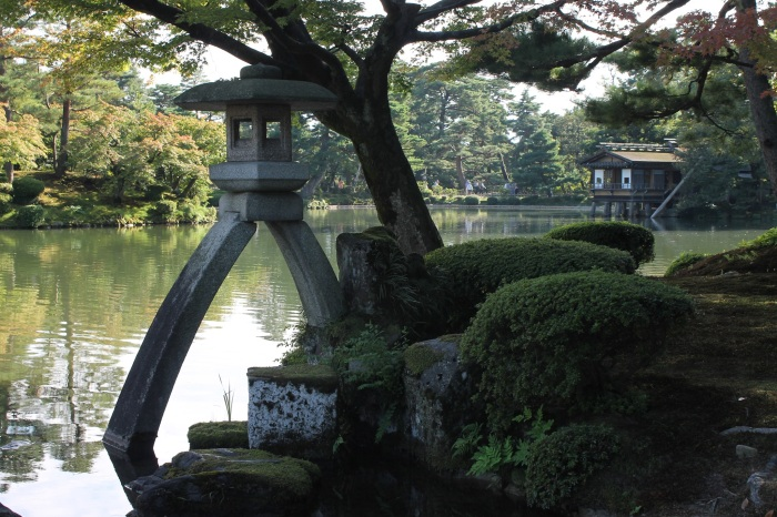 lanterne au bord de l'étang dans les magnifiques jardins de Kanazawa