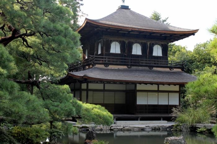 vue depuis le petit étang devant le pavillon