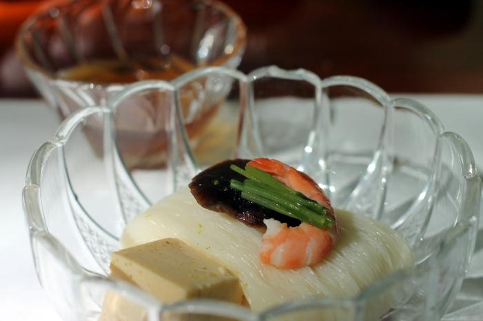 Un plat traditionnel japonais lors d'un repas à Kibune dans le nord de Kyoto, les restaurants permettent de prendre un repas sur des plateformes au dessus de la rivière.