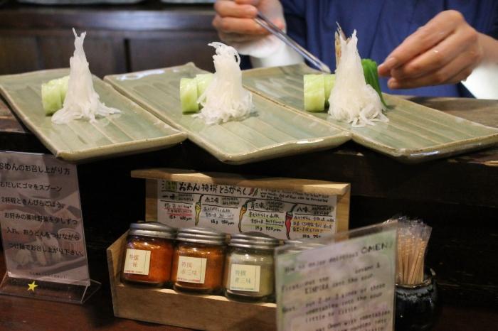 les légumes sont placés sur une assiette