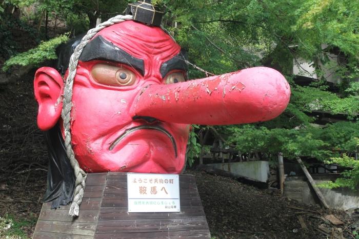 Statue à la sortie de la gare de Kurama.