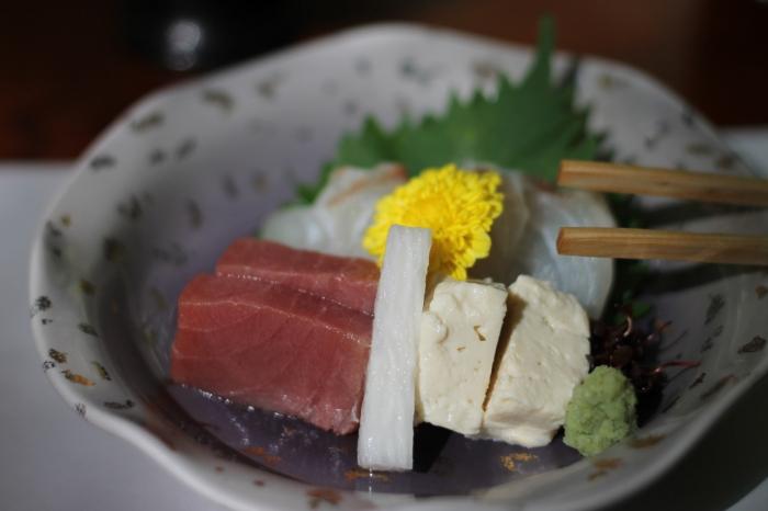Plat regroupant plusieurs types de poissons dans un restaurant de Kibune au nord de Kyoto