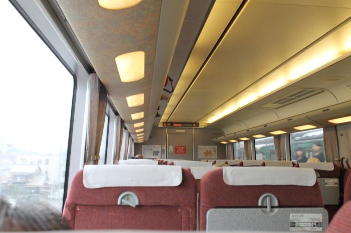 l'intérieur du train entre Kyoto et Kanazawa, rien ne dépasse et tout est parfaitement rangé