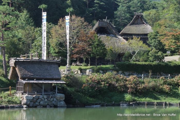 Le village musée de la ville depuis le petit lac