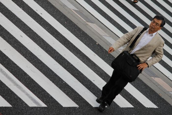 Vieux monsieur qui traverse dans la rue