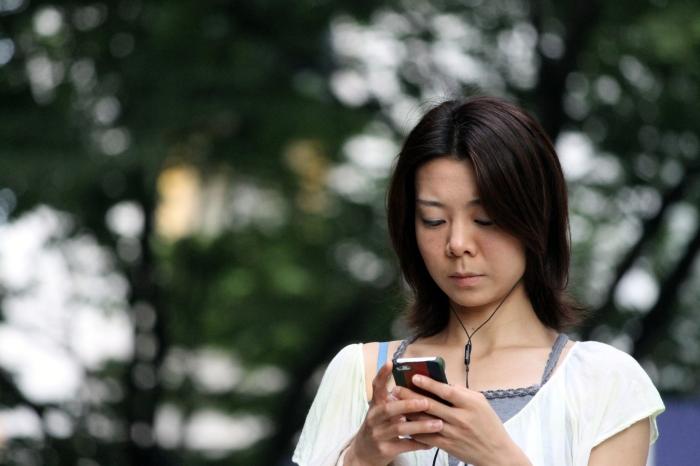 japonaise-envoie-texto-dans-un-parc