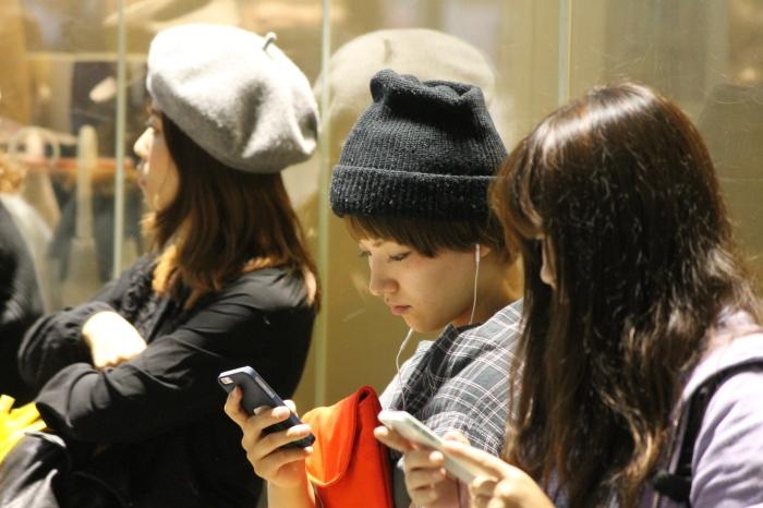 Hipster japonaise qui envoie un texto