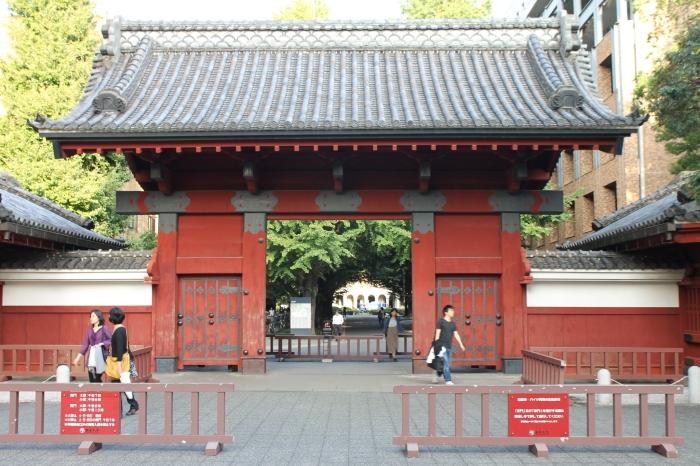 Vue d'akamon, la porte rouge de l'université de Tokyo