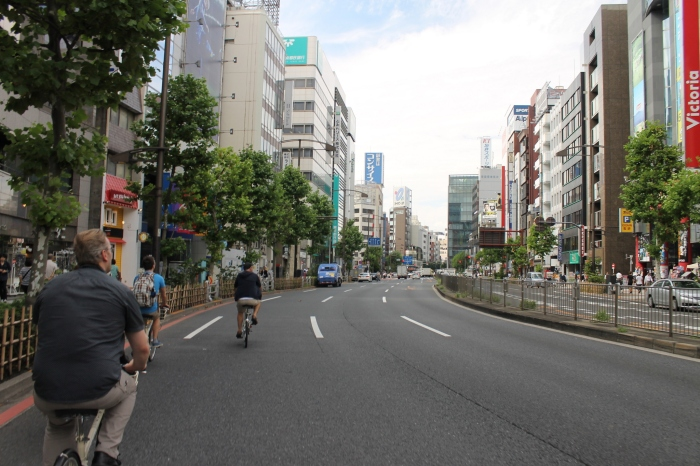 vue depuis mon vélo dans les rues de Tokyo