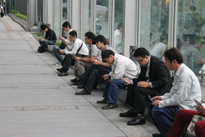 des personnes jouent devant le pokemon center de Minato à Tokyo