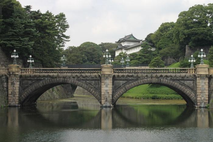 vue depuis le plan d'eau avec le pont