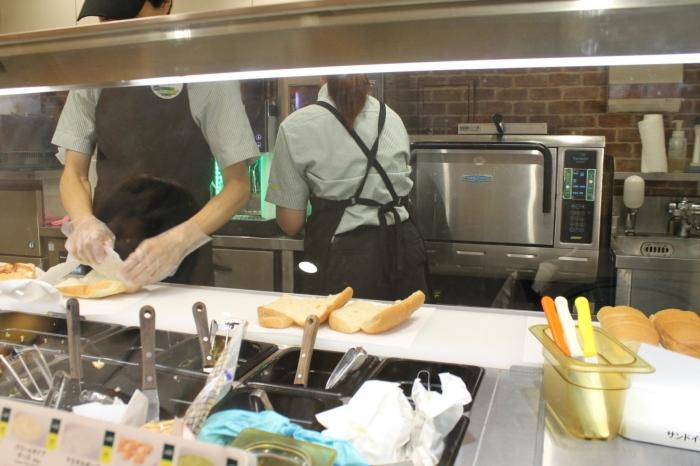 employés qui préparent des sandwichs